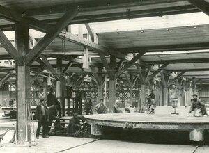 Группа рабочих стекольного завода в цехе.