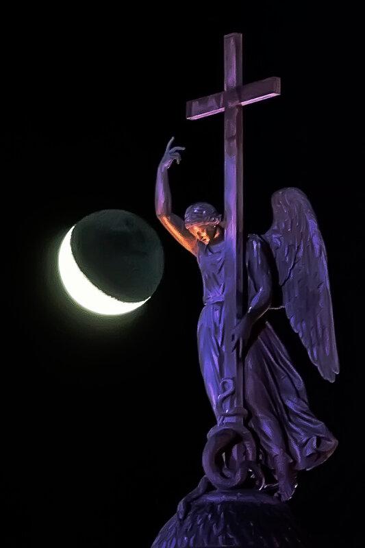 Ангел и луна