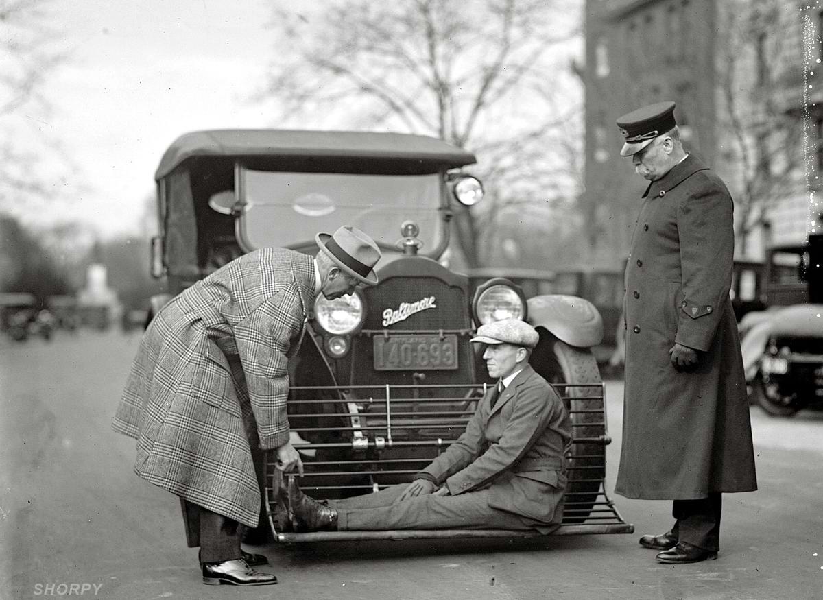 Во время испытания автомобильного устройства, предназначенного для недопущения возможности наезда на зазевавшихся пешеходов (Вашингтон, 1924 год)