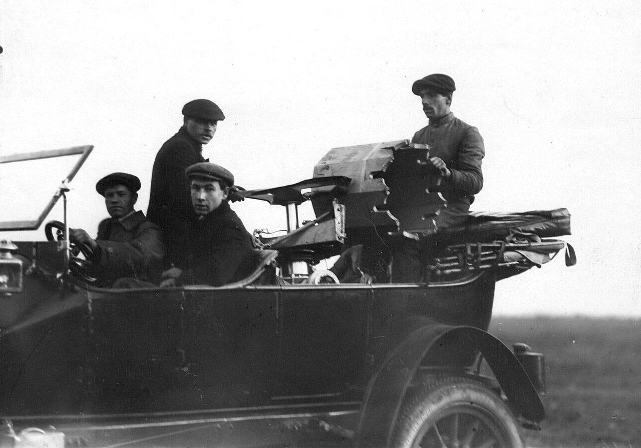 28. Группа участников конкурса в автомобиле