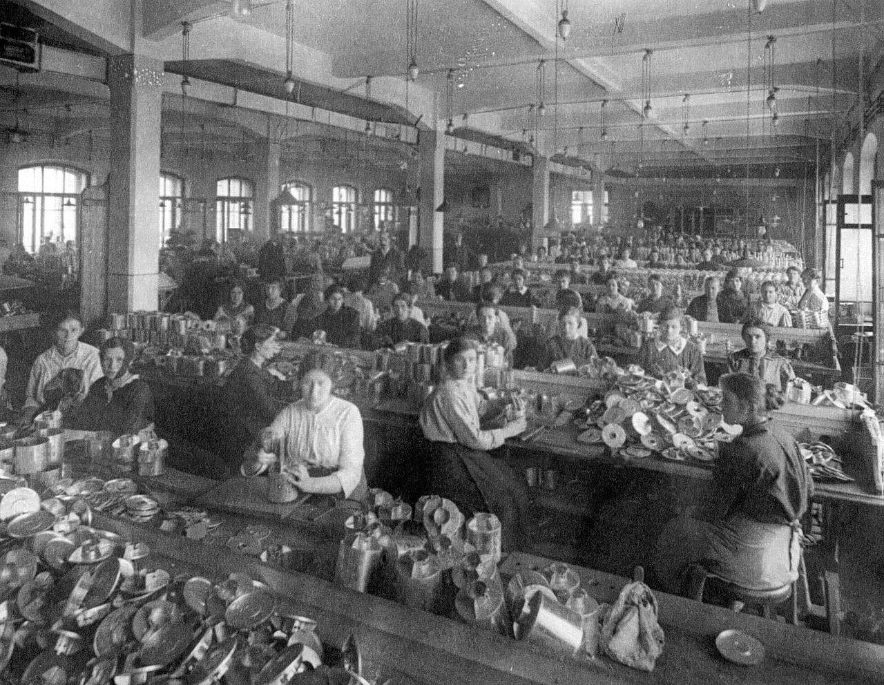 11. Рабочие фабрики за изготовлением коробок противогазов. 1916