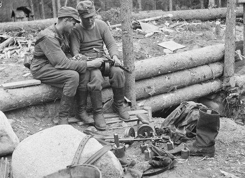Финские солдаты с трофейным автоматом ППШ.
