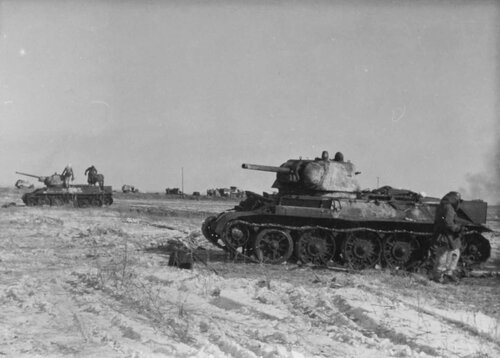 Танки Т-34 обр. 1942 г. подбитые в р-не Харькова. 1943 год.