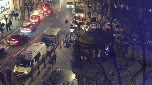 В ресторане Лондона мужчина удерживает заложницу
