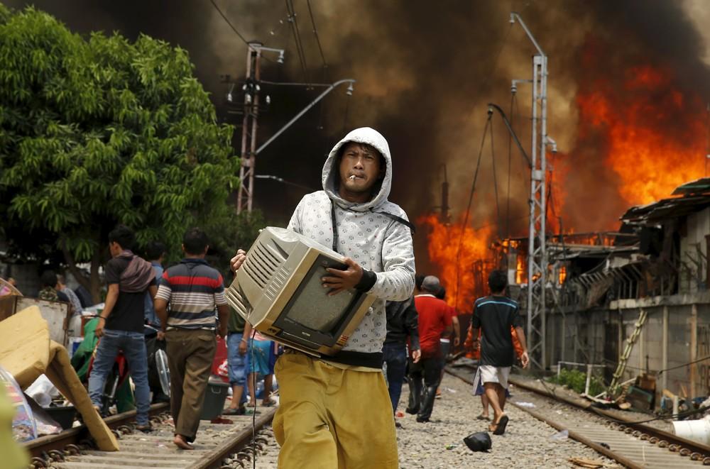 Пожар в трущобах Джакарты