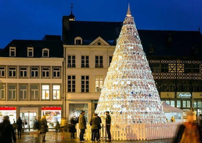 Фарфоровая рождественская елка из тарелок в Бельгии