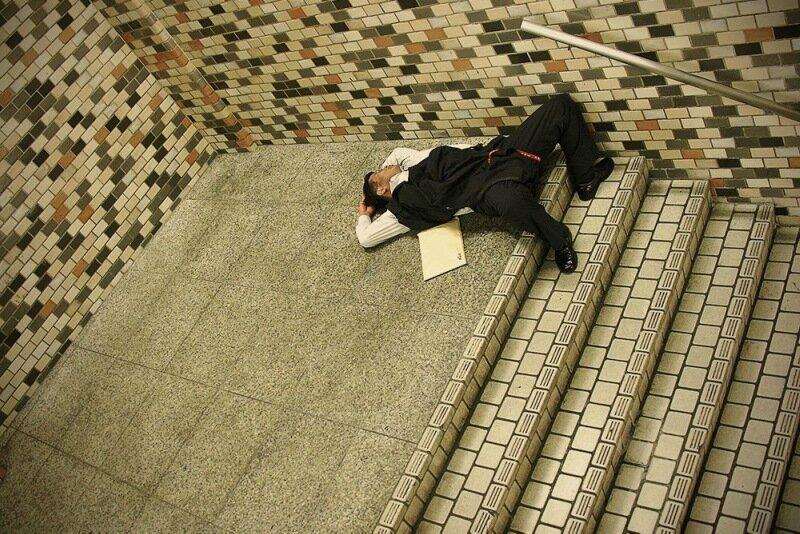 Фотопроект Адриана Стори: спящие на улицах Токио 0 1c59f5 3a001407 XL