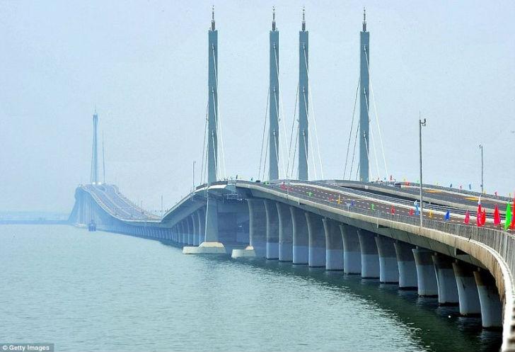 Циндаоский мост через залив.