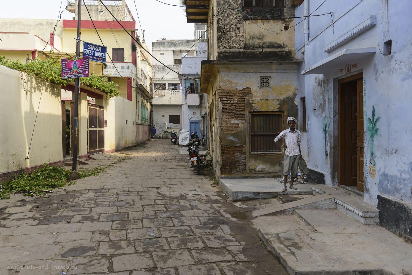 """Фотография 2. Не на дядьку смотри, на ворота слева и знак """"Singh Guest House"""". Где жить во время поездки в Варанаси. Туры в Индию самостоятельно. 1/1250, 2.8, 200, 27."""