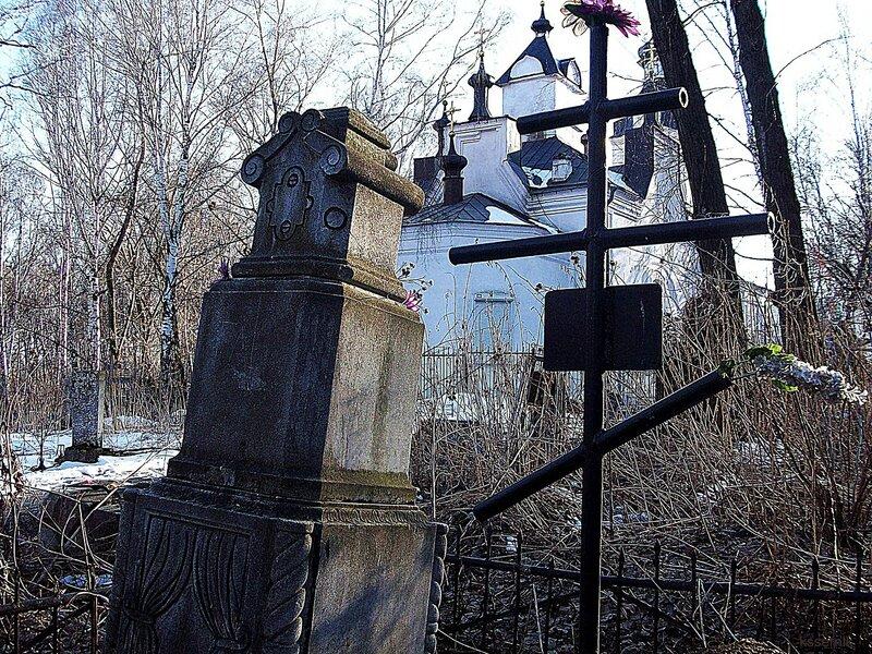 два памятника