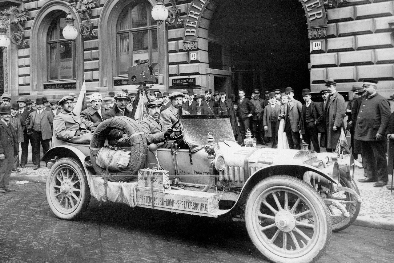 001. Участники пробега в Берлине. За рулем автомобиля - А.П.Нагель. 21 апреля 1911