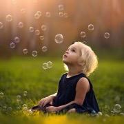 Малыш и мыльные пузыри
