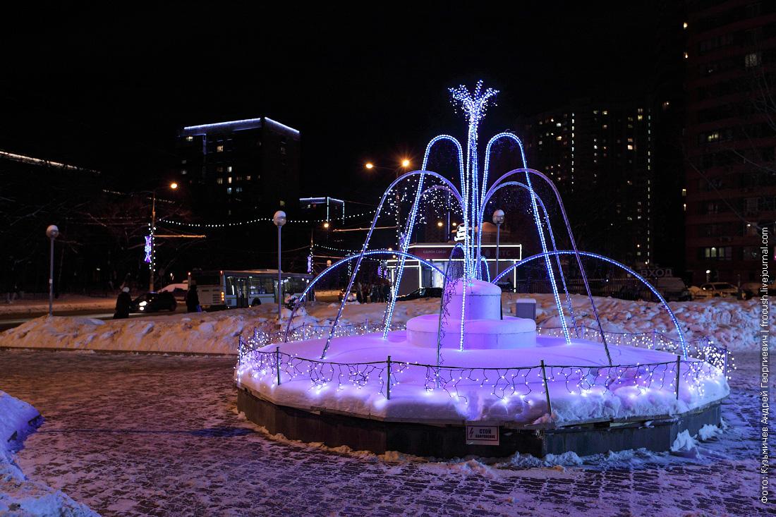 Московская область Химки Юбилейный проспект 3а фонтан перед торговым центром ночное фото