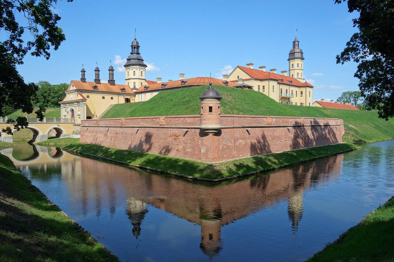 ров и замок-дворец Радзивиллов