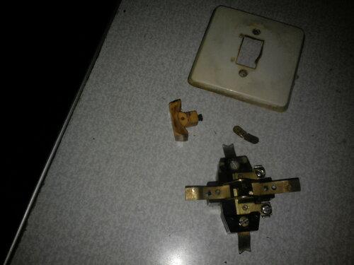 Срочный вызов электрика аварийной службы в квартиру после короткого замыкания в подвесном светильнике