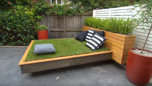Зеленая кровать с покрывалом из травы