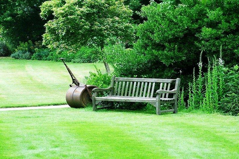 Сад в пейзажном стиле. Оформление, растения, геометрия, объекты, дорожки