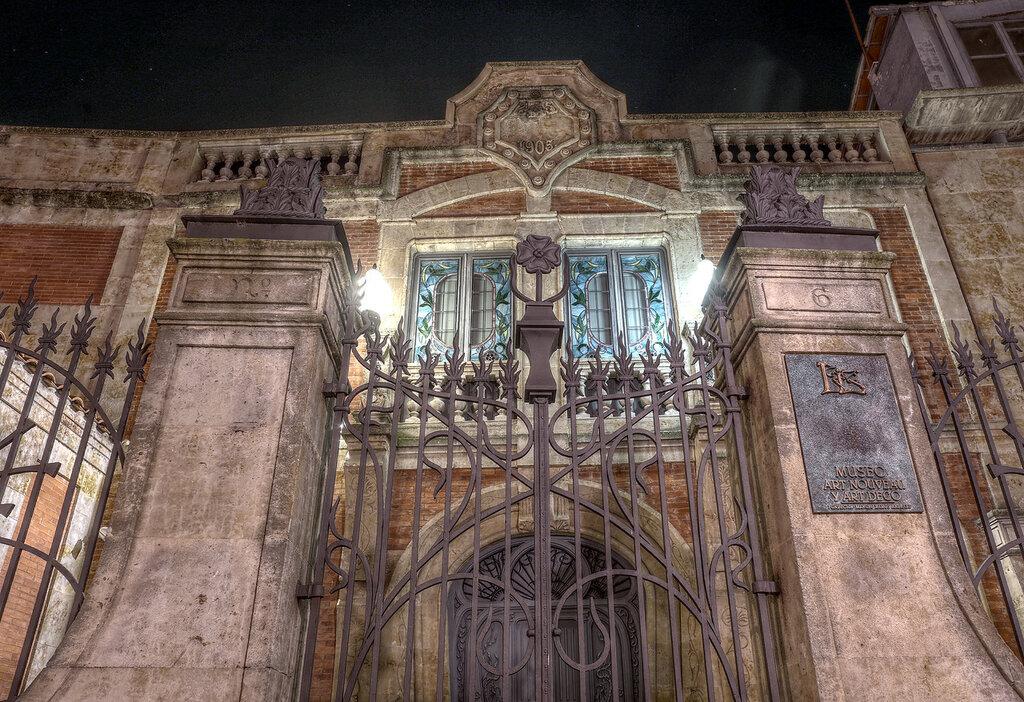 Ночная Саламанка. Музей модерна (Casa Lis). HDR