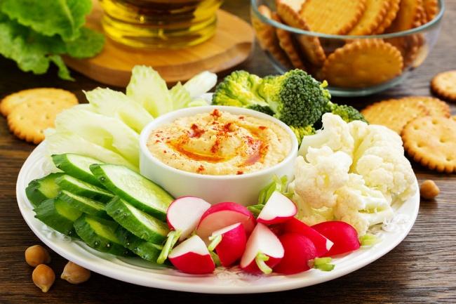 Ингредиенты: нут пророщенный— 250г сельдерей— повкусу зеленый лук— повкусу лимонный сок— 2ст