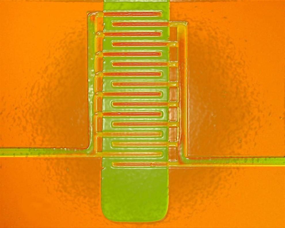 7. В изображенном транзисторе в пластмассовом корпусе, пластмасса вылита в переплетенные электроды,