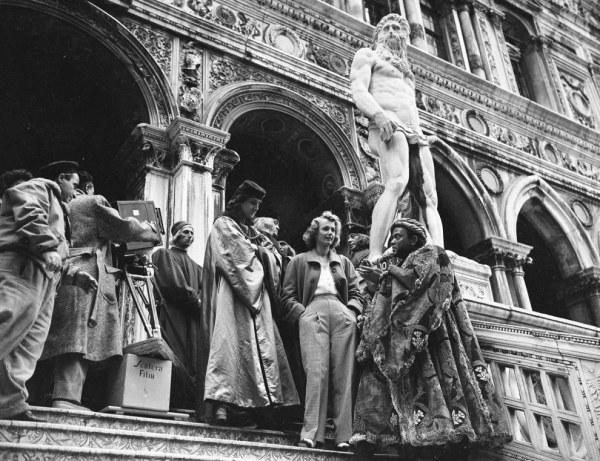Принцесса Елизавета и её супруг, Филипп, герцог Эдинбургский, возле особняка Villa Guardamangia, где