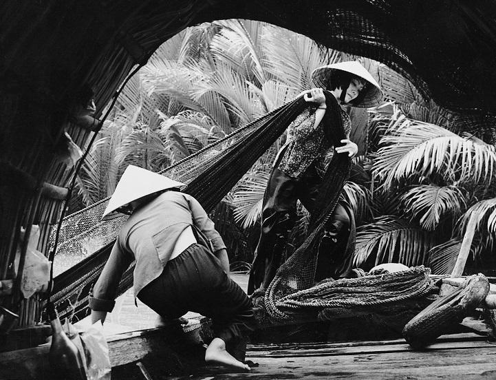 Вьетнамцы обыскивают обломки сбитого американского самолёта на окраине Ханоя, 1972 год. Чтобы обойти