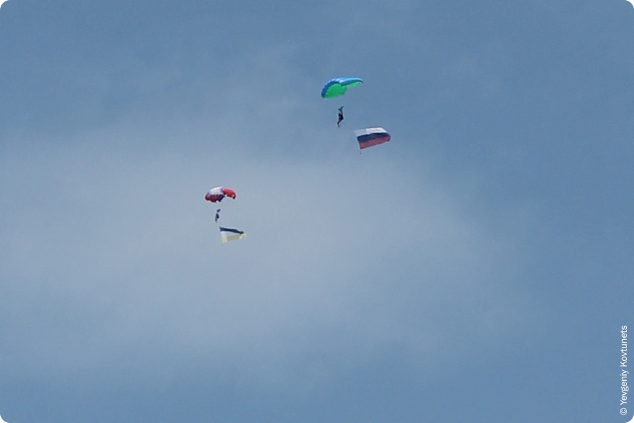 парашютисты с флагами Бурятии и России на День Воздушного Флота в г. Улан-Удэ