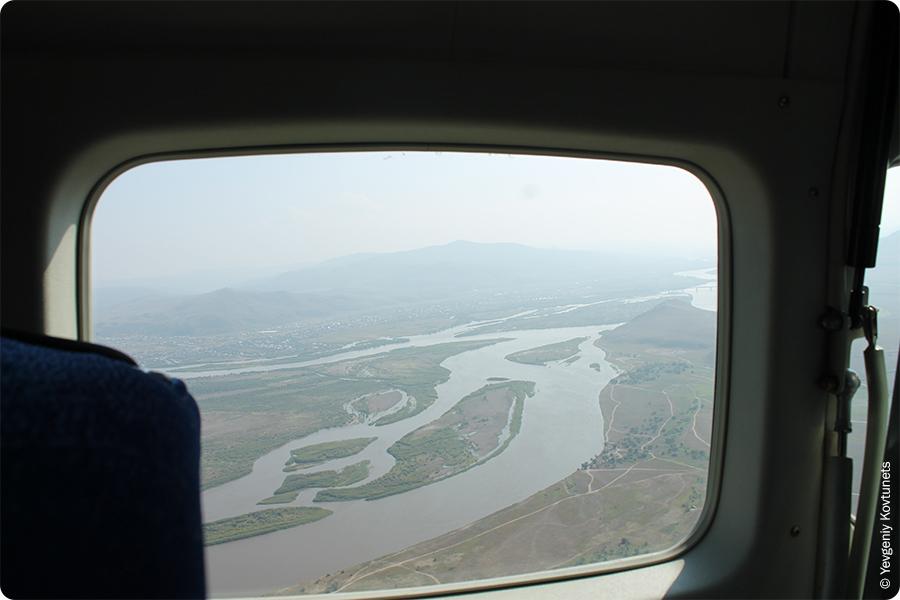 Вид на реку Селенга из самолета в окрестностях Вознесеновки, прямоугольный иллюминатор сessna 208 caravan