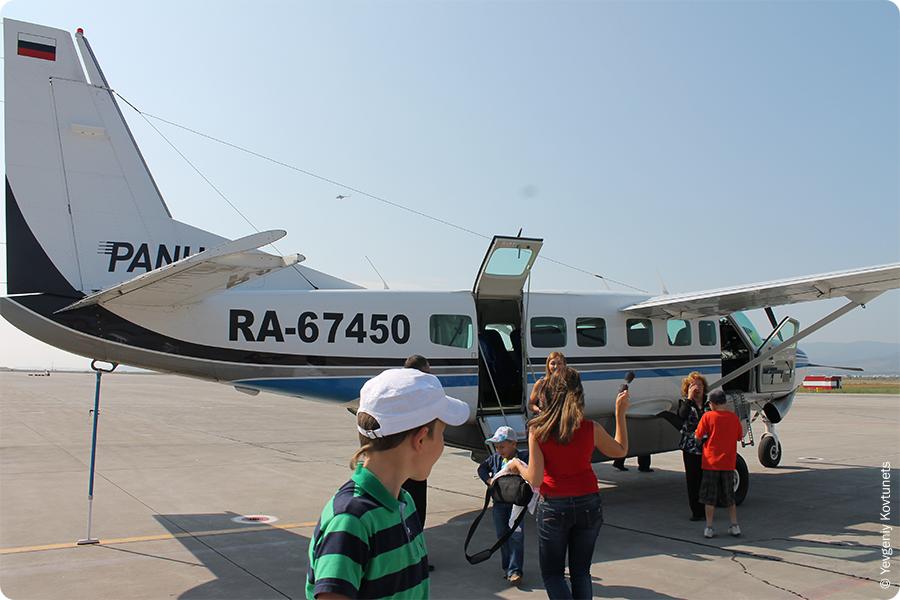 Самолет сessna 208 caravan авиакомпании ПАНХ на впп аэропорта Байкал, г. Улан-Удэ, окончание воздушной экскурсии