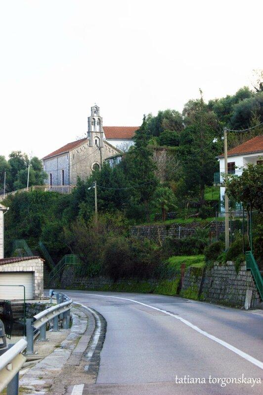 Вид на церковь с дороги