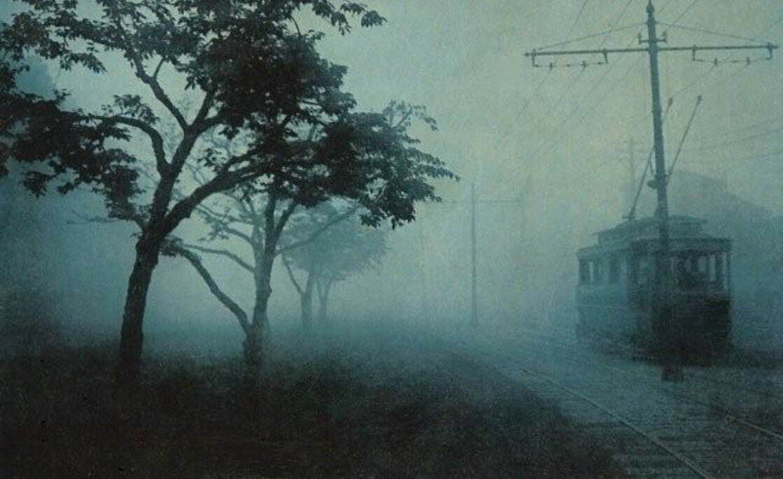 Токио. Трамвай в утреннем тумане