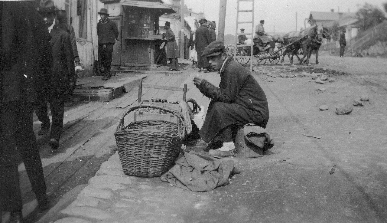 Уличный торговец арахисом и тыквенными семечками
