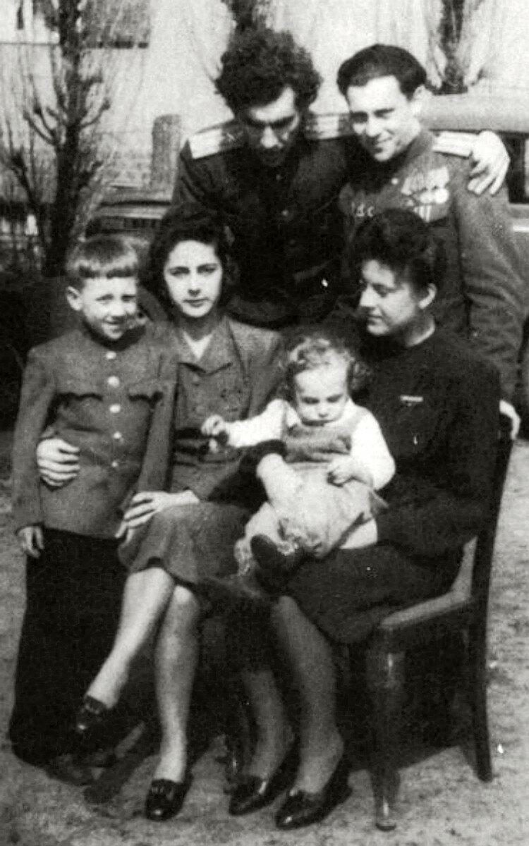 1947. Высоцкие в г.Ратенов, Германия
