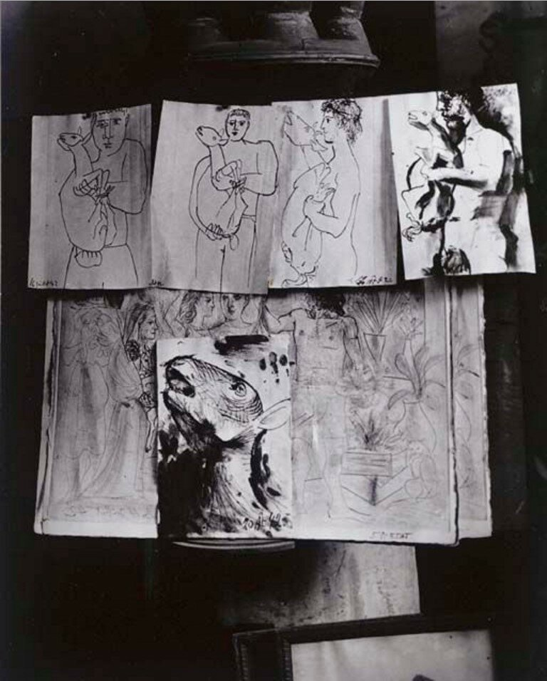 1943. Мастерская Пикассо на улице Великих Августинцев. Рисунки, развешенные на печке