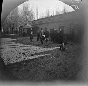 13 ноября. Самарканд. Томас Аллен на велосипеде перед русским театром