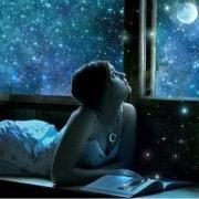 Девушка читает под луной