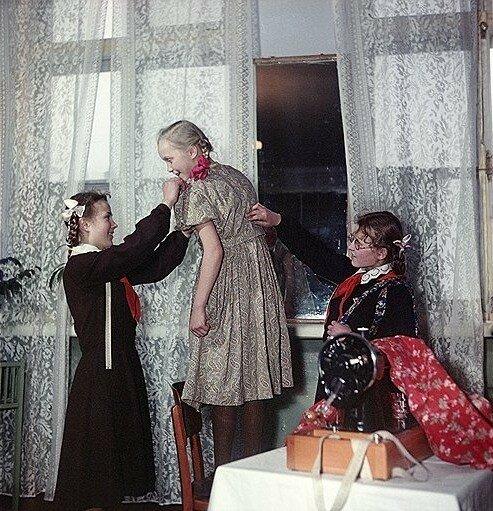 1958 Люся Ряхина сшила свое первое платье, в окончательной отделке ей помогают подруги Света Дудинская и Нина Смирнова. Ленинградское профессиональное училище №1.jpg