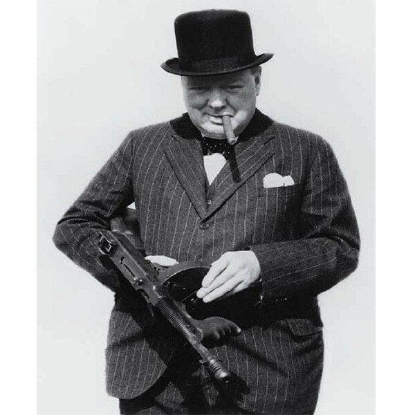 1940 Черчилль с гангстерским Томми ганом инспектирует британские оборонительные позиции вблизи Хартлепула.jpg