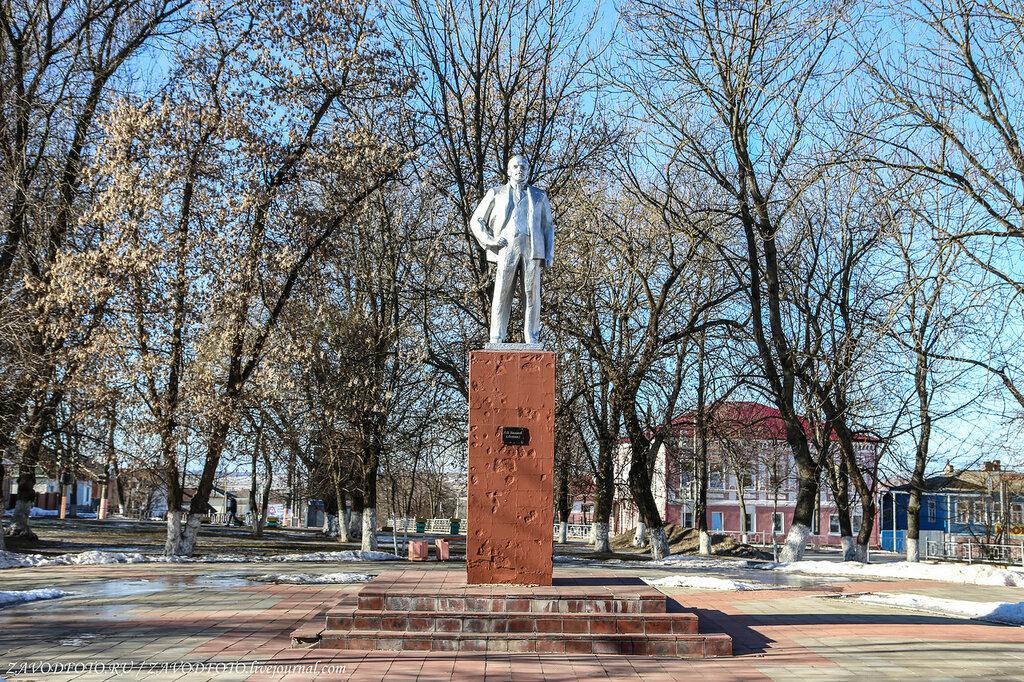 Купить памятник на кладбище Макушино Ваза. Покостовский гранит Дагестанские Огни