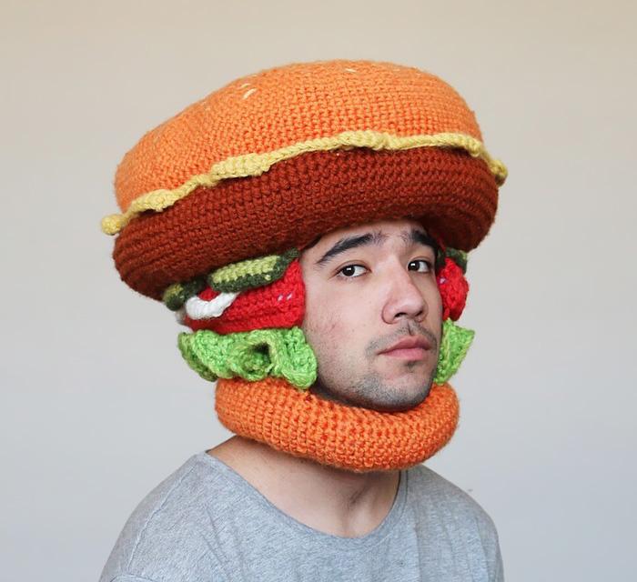 Парень из Австралии вяжет для себя аппетитные головные уборы (15 фото)