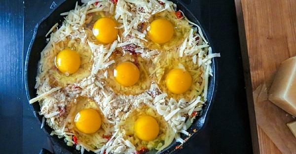 Посыпь яйца оставшимся сыромс сухарями и поставь в духовку на 15–20 минут запекаться до румяной
