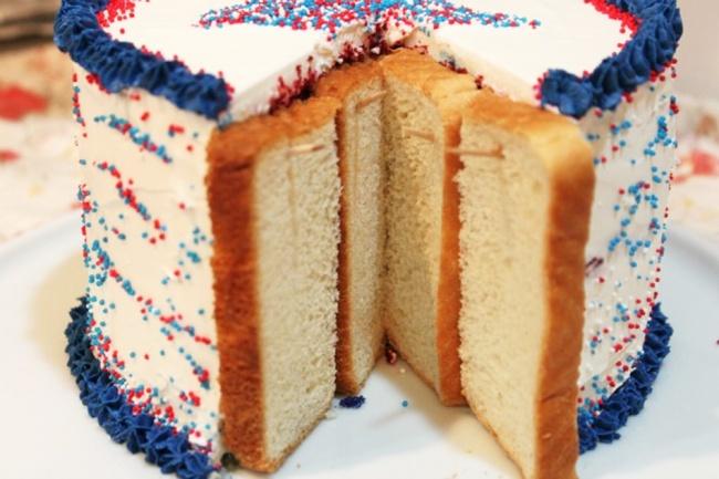 Закройте места среза наторте кусочками хлеба изакрепите зубочистками. Черстветь будет хлеб, аторт