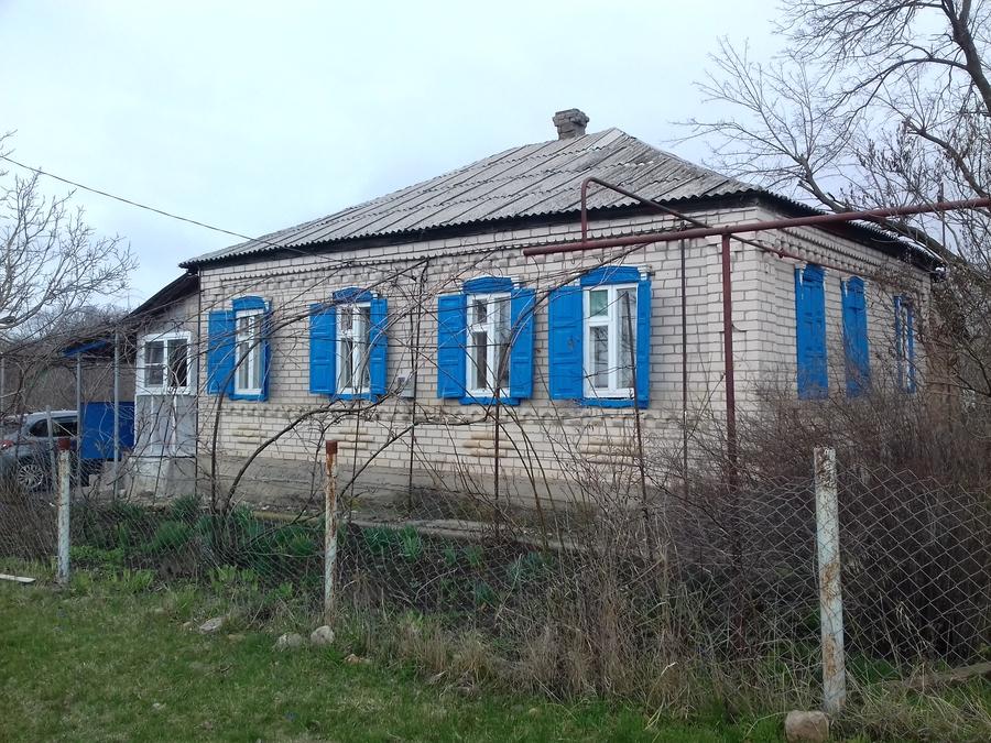дом с интересными ставнями