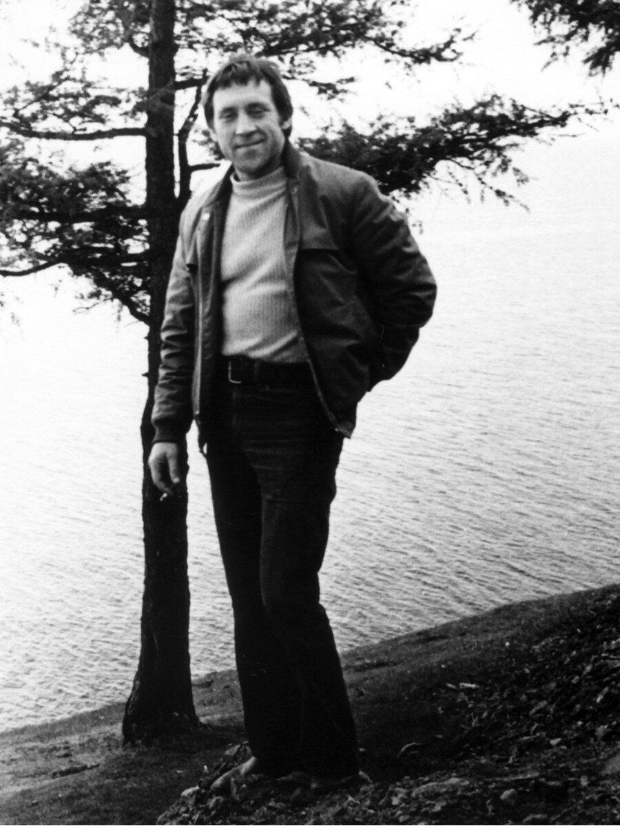 15. Владимир Семенович Высоцкий на озере Байкал. Фото Леонида Васильевича Мончинского, 14 июня 1976 года