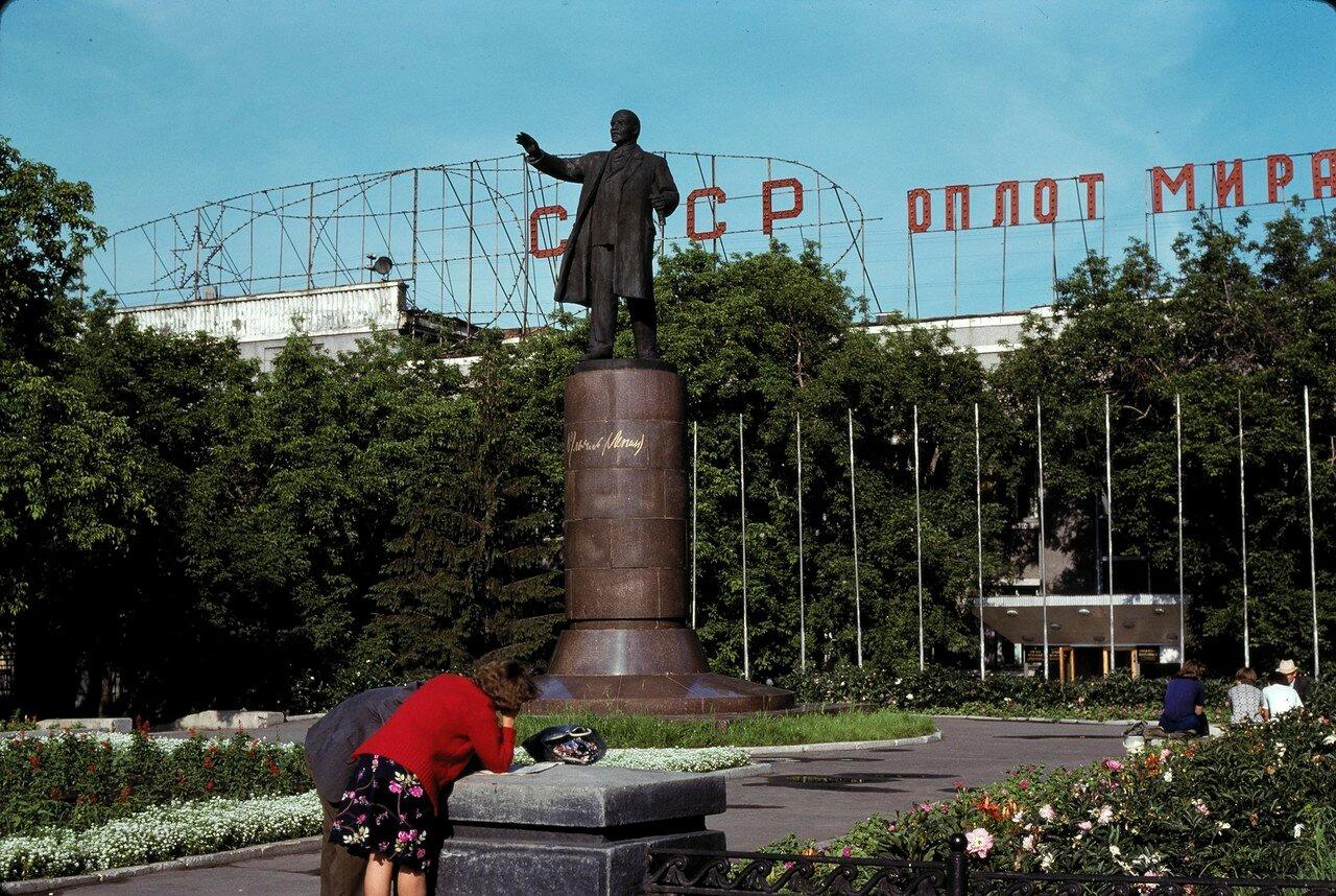 Омск. Памятник Ленину на станции