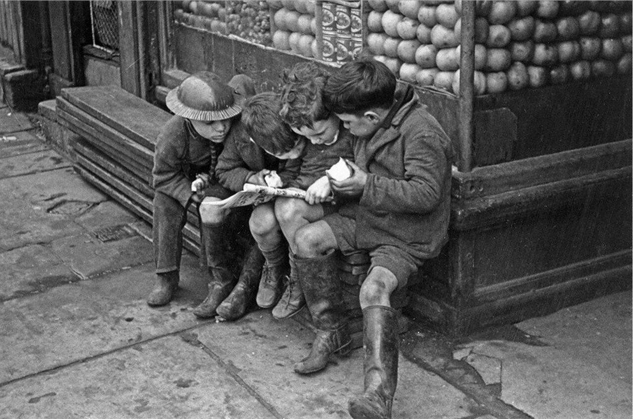 1940. Мальчишки читают комикс, Ливерпуль