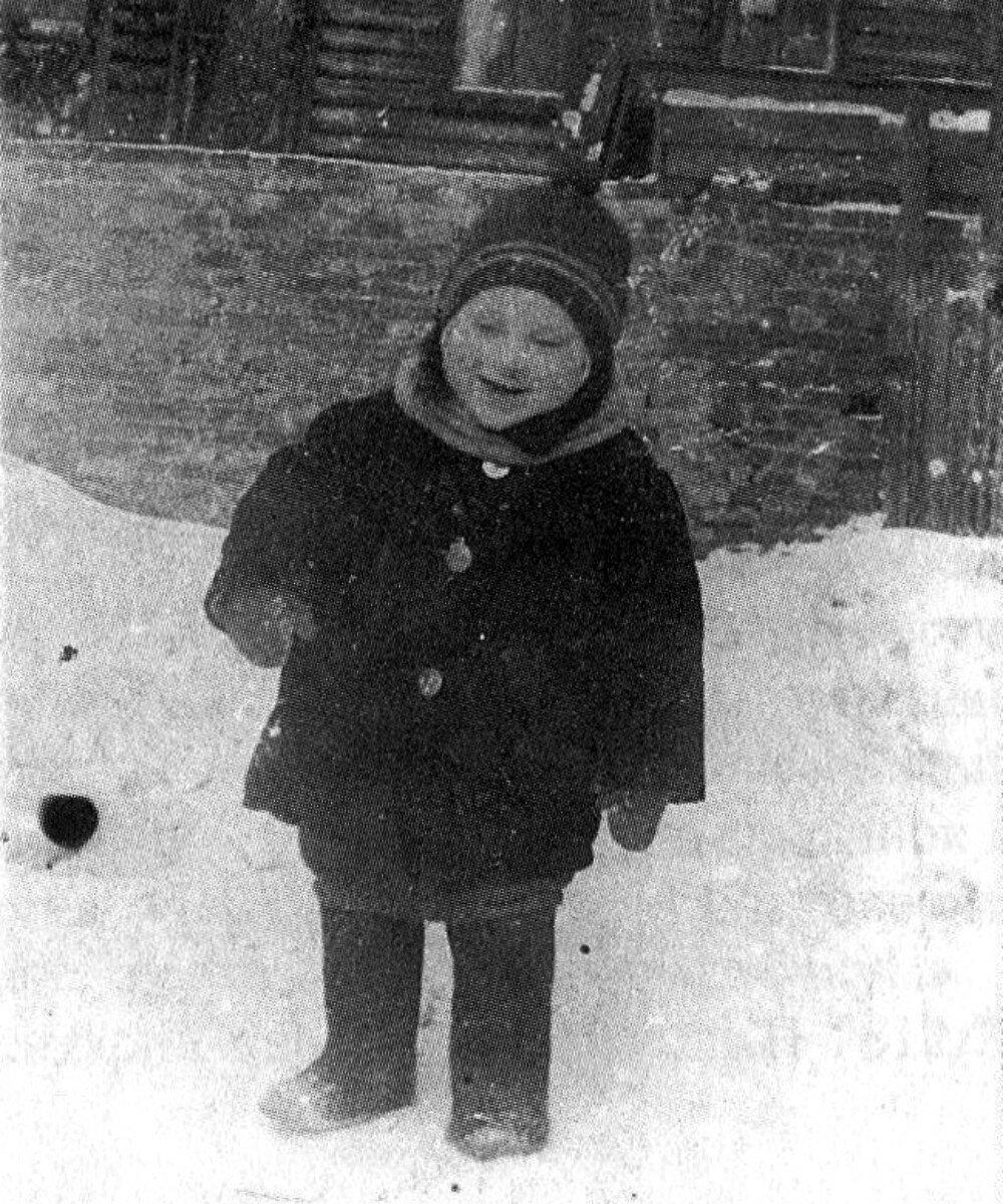 1940. Володя Высоцкий во дворе дома № 126 на 1-й Мещанской в Москве. Январь