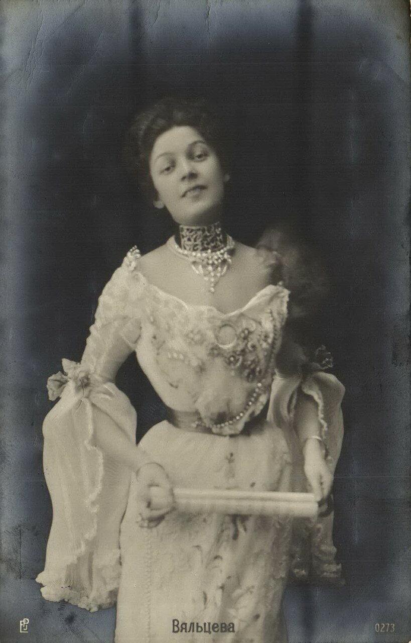 Вяльцева Анастасия Дмитриевна. Вяльцева жила в Петербурге, на набережной реки Мойки, 84. Владела несколькими домами на набережной реки Карповки, которые завещала городу.