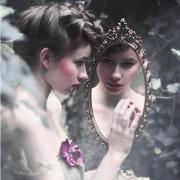 Девушка и зеркало