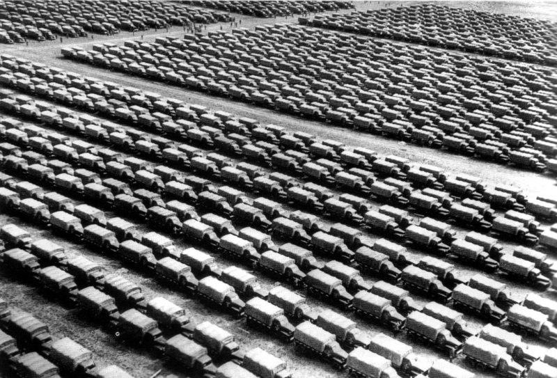 Американские грузовики Студебеккер на складе командования Красной Армии..jpg